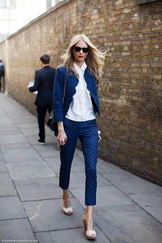 白シャツのブルー・青のジャケット