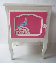 Bijzonder charmant bureautje met stoel en nachtkastje. Met zijn afmetingen vindt dit setje in elke kamer een plaats. Decoratie is volledig met de hand geschilderd. Afm. D x H x L = volgen Gerestyled in zuiver wit RAL 9010 en Pink. Prijs @ €375,00http://www.mimi-enco.be/?p=28475 www.mimi-enco.be/ #kinderbureau #kindermeubelen #kinderkamers