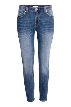 Jeans Girlfriend: Jeans de 5 bolsos em ganga stretch lavada. Modelo ligeiramente folgado com cintura de altura regular e pernas afuniladas de altura pelo tornozelo.