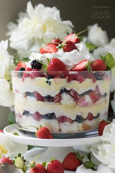 """This Mixed Summer Berry Trifle recipe is a delightful, showstopping and delicious dessert that is """"no-bake"""", making it perfect for those warm weather events Blueberry Trifle, Fruit Trifle, Strawberry Trifle, Strawberry Cakes, Köstliche Desserts, Pudding Desserts, Delicious Desserts, Yummy Food, Blackberry Trifle Recipes"""