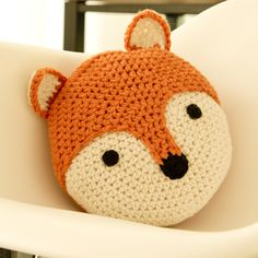 Peanut Butter Dynamite Crochet Acrylic Fox Pillow- Matilda or Alice? Crochet Diy, Crochet Home, Crochet Gifts, Crochet For Kids, Crochet Pillow Pattern, Crochet Cushions, Baby Blanket Crochet, Crochet Patterns, Fox Pillow