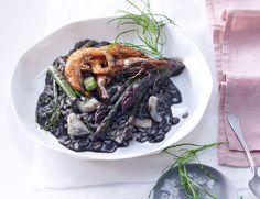 Sepiatinte schwärzt den Risotto, grüner Spargel, Olivenkraut und rote Garnelen bringen Farbe zurück. Es schmeckt, wie's aussieht: sensationell!