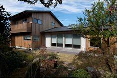 庭屋一如の通り土間の家「金衛町の家」   オーガニックスタジオ新潟 Garage Doors, Shed, Outdoor Structures, Cabin, Studio, House Styles, Outdoor Decor, Home Decor, Cozy