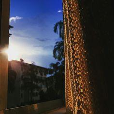 Da janela lateral, do quarto de dormir,  eu vejo uma igreja, um sinal de glória
