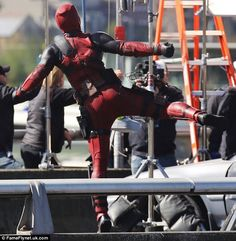 Ryan Reynolds watches stunt double on set after hit-and-run accident Deadpool Movie 2016, Deadpool Costume, Stunt Doubles, Wade Wilson, Ryan Reynolds, Movie Costumes, Marvel Movies, On Set, Cinema