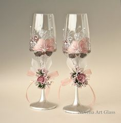 who wouldn't like this wedding glasses for champagne? Wedding Wine Glasses, Wedding Champagne Flutes, White Wine Glasses, Champagne Glasses, Decorated Wine Glasses, Painted Wine Glasses, Wine Glass Crafts, Wine Bottle Crafts, Glamour Decor