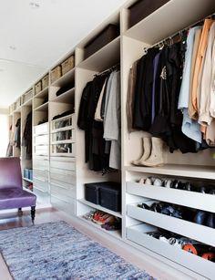 GARDEROBEROM: Et lite soverom ble gjort om til Walk In Closet, med innredning snekret på bestilling.Speilet får rommet til å se mye større ut. Teppe fra Palma, stol fra Coté Bretagne.