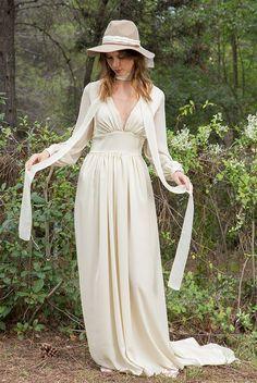 Vestido de Novia vaporoso en crep de seda natural. Dresses With Sleeves, Victoria, Natural, Long Sleeve, Fashion, Brides, Wedding Dresses, Silk, Moda