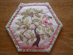Tree and bird embroidery Hexagon Patchwork, Crazy Patchwork, Hexagon Quilt, Embroidery Applique, Embroidery Stitches, Embroidery Patterns, Quilt Patterns, Crazy Quilt Stitches, Crazy Quilt Blocks