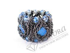 Masywna bransoleta z niebieskimi kamieniami. Idealne uzupełnienie naszyjnika o tym samym designie.