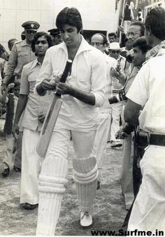 A rare pic of Amitabh Bachhan padded up for cricket….    Amitabh Bachchan padded up for a charity match at Eden Gardens in Kolkata in 1980.