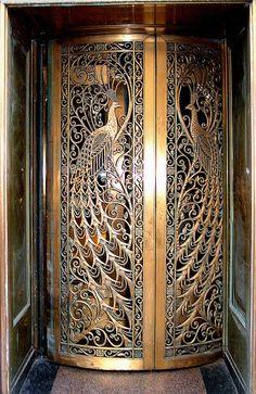 Door to the former C.D. Peacock jewelry store on State Street at Monroe in Downtown Chicago, Illinois.AN. Je veux la même porte pour la maison de mes rêves :D