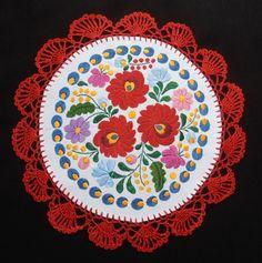 Kézzel hímzett kör terítő, fehér alapon, tömött mintás matyó motívummal, színes selyem hímzéssel, piros selyem horgolással. Szép ajándék.