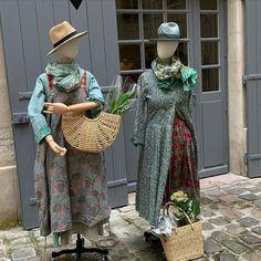 """Tablier réversible en coton imprimé, (à gauche) sur une robe """"Lisa"""" en coton tissé main.  Etole en voile de laine imprimé à la main. (à droite) Robe """"Laura"""" en coton imprimé à la main sur jupe en coton imprimé main. Grand foulard en coton imprimé main. - Cotton printed reversible apron on a cotton handloom Lisa dress. Light wool handblock printed stole (left) (Right) Handblock printed """"Laura"""" dress on a cotton printed skirt. And handblock printed large scarf. Left, Gauche, Paris, Straw Bag, Fashion, Cotton Scarves, Big Scarves, Woven Cotton, Wool"""