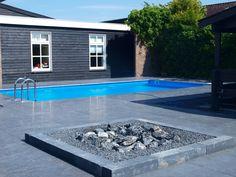 Zwembad met overkapping: Hier ziet u een zwembad van 830cm bij 430cm geïntegreerd in een natuurstenen terras met tegels van 100cm bij 100cm. Het zwembad is voorzien van een overkapping en warmtecollectoren.