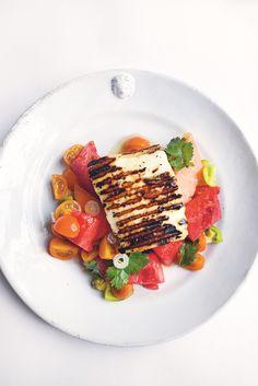 Een zomerse combinatie van tomaat, meloen, halloumi en chilipeper. Recept uit het kookboek Greenfeast lente-zomer van Nigel Slater. Halloumi, Nigel Slater, Healthy Choices, Delicious Food, Plant Based, Dinner, Drinks, Recipes, Tomatoes