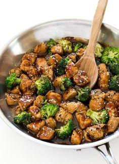 Honey Garlic Chicken Stir Fry This quick and easy Honey Garlic Chicken is filled with seasonal veggies in a sweet and slightly spicy sauce that is finger-licking good! Healthy Dinner Recipes, Healthy Snacks, Cooking Recipes, Healthy Eating, Stir Fry Recipes, College Food Recipes, Healthy Broccoli Recipes, Easy Chinese Chicken Recipes, Quick Easy Healthy Dinner