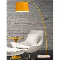 La Lampe à pied Swirl est pourvue d'une base marbrée robuste, d'un pied en aluminium peint et d'un abat-jour doublé pour dissimuler l'ampoule. Elle constitue une pièce simple et classique qui...