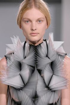 Best in Sculptural Fashion: Iris van Herpen showcased her five new architectural looks alongside her previous pieces for the Haute Couture collection, combining printing with hand-made processes. Geometric Fashion, 3d Fashion, Fashion Details, Fashion Show, Fashion Design, 3d Printed Fashion, Iris Fashion, Origami Fashion, Fashion Games