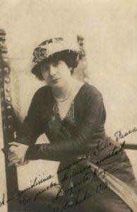 La primera tournée americana de la Compañía Margarita Xirgu a la Argentina, Uruguay y Chile, empieza por tierras españolas en Málaga en junio de 1913 con Emilio Thuillier como primer actor y director, que durante muchas temporadas lo fue de la Compañía María Guerrero.