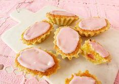 Recept på mazariner. De här har den klassiska mandelfyllningen men också rabarber. Glasyren är vackert rosa av rabarber.