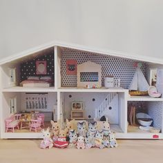 ... lili's #lundby #dollhouse got some new pretty #wallpapers ... and a tiny @stendigcalendar in the kitchen 💕 most of the #furniture is #handmade by me ... the #sylvanianfamilies family is growing ... #dollhousefurniture @lundbydollshouse @lundby_aust #dollhouseminiatures
