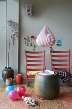 #Rode #schommelstoelen prachtige kleuren! #kinderkamer   vtwonen