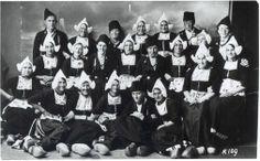 Groepsportret van het dameskoor van de Driesprongparochie tijdens een uitstapje naar Volendam. 1930-1940 LJ Karels, Volendam #NoordHolland #Volendam