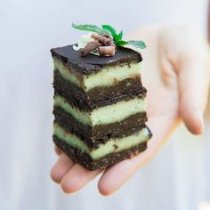 These raw mint chocolate slices make the perfect refreshing treat! They're no bake, vegan, gluten-free, and refined-sugar free! Honey as sweetner for Gaps, spirulina for colouring? Raw Desserts, Healthy Dessert Recipes, No Bake Desserts, Raw Food Recipes, Baking Recipes, Healthy Food, Healthy Sweets, Clean Recipes, Keto Recipes