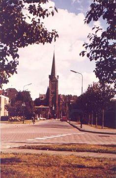 05455: Dokter Brugmanstraat, gezicht op RK kerk, b 1