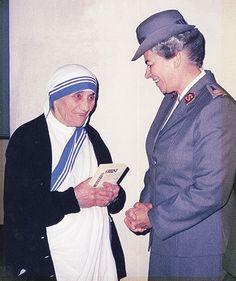 1990: Die damalige internationale Leiterin der Heilsarmee, Generalin Eva Burrows, trifft Mutter Theresa.