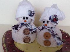 Muñecos de nieve hechos con un calcetín y rellenos de arroz