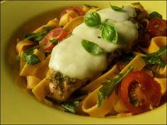 Pesto-mozzarellakanaa ja tomaatti-rucolapastaa