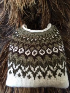 Norwegian Knitting, Fair Isle Knitting Patterns, Nordic Sweater, Icelandic Sweaters, Pet Clothes, Sweater Weather, Lana, Knitted Hats, Knitwear