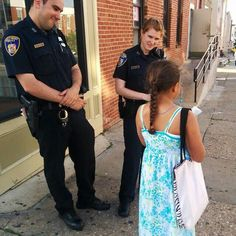 Baltimore Officers receiving hope for more peaceful times Looks like my grand daughter, Avalon. Jehovah S Witnesses, Jehovah Witness, Public Witnessing, Jw Humor, Matthew 24, Christian Families, Bible Truth, Young Ones, Happy People