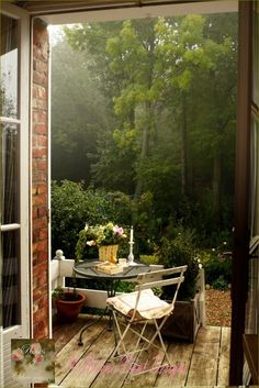 This is the back deck at the bungalow. Perfect for morning coffee, afternoon tea or a nice glass of pinot noir.................