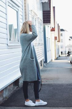 That Scandinavian Style, big cardigan, jeans and sneakers