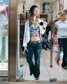 L'agenzia TBWA ha creato in Sud Africa una simpatica quanto efficace campagna non convenzionale per I.C.U. un prodotto per pulire i vetri. Per sottolineare la sua eccellente efficacia sono stati collocati degli stickers sulle porte di vetro di alcuni negozi, palestre, centri commerciali e aeroporti raffiguranti diversi soggetti a grandezza naturale che sembrano sbattere contro la porta ben pulita dal prodotto, che è raffigurato in basso.