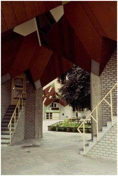 Markt, westkant. Theater 't Speelhuis (voorzijde), gezien in de richting van de 'Watermolenwal', vanuit de richting van de Markt. Op de voorgrond enkele van de achttien paalwoningen voor 't Speelhuis. Auteur(s) Zanden, L. van der 6/1982