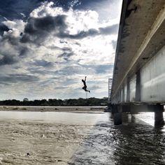 Saltando al río Ariari, aún frontera entre la paz y los territorios de guerrillas en el Meta, Colombia