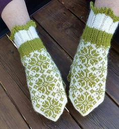 Ravelry: Rimfrost pattern by JennyPenny Knitted Mittens Pattern, Knit Mittens, Mitten Gloves, Golden Snitch, Fingerless Gloves, Arm Warmers, Hand Knitting, Ravelry, Crochet