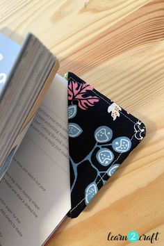 υφασμάτινοι σελιδοδείκτες Phone Cases, Wallet, Learning, Crafts, Manualidades, Studying, Teaching, Handmade Crafts, Craft