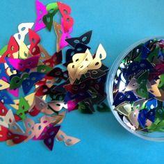 Lot de 100 confettis masques vénitiens multicolores brillantes