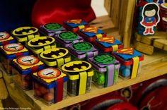 Caixinha com doces e embalagem dos Vingadores. Avengers Birthday, Batman Birthday, Boy Birthday, Superhero Baby Shower, Superhero Theme Party, Superman Party, 1, Ideas, Marvel Birthday Parties