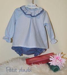 Conjunto de cubrepañal, blusa y capota para el que he usado una combinación de dos telas con estampado de estrellas.