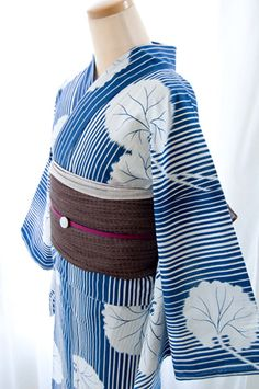 Yukata ~ A Japanese traditional Summer dress which is lighter in weight than the kimono. Japanese Yukata, Japanese Outfits, Japanese Fashion, Yukata Kimono, Kimono Fabric, Traditional Kimono, Traditional Dresses, Traditional Styles, Modern Kimono