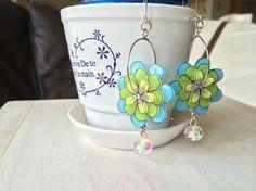 プラバンに描いた花を色鉛筆で イエロー、グリーン、ブルーの3色に塗り、 ニス加工しています。その3つの花を重ね、ビーズと一緒に フープのイヤリングに!これから...|ハンドメイド、手作り、手仕事品の通販・販売・購入ならCreema。