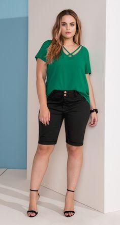 blusa manga curta com detalhe de tiras no decote e bermuda de sarja cintura alta
