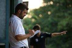 Co-Trainer #Kemal #Yildiz notiert sich während des Testspiels etwas auf den Notizblock. | Berliner AK 3:2 SV Altlüdersdorf