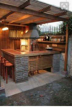 Outdoor Kitchen Ideas For The Best Summer Yet! Get outdoor kitchen ideas from thousands of outdoor kitchen pictures. Learn about layout options, sizing, planning for appliances, cost, and more. Backyard Bar, Backyard Kitchen, Diy Kitchen, Kitchen Modern, Patio Bar, Kitchen Rustic, Out Door Kitchen Ideas, Kitchen Decor, Patio Fence